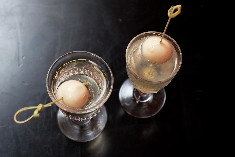 Для передышки — мартини, в котором роль оливки играют соленые перепелиные яйца