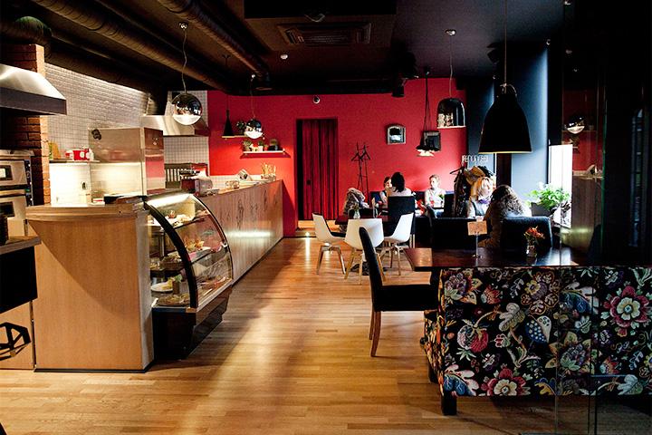 «Лис и пес» были симпатичным кафе в районе Цветного бульвара. Он мог запомниться тем, что пытался насадить в Москве модную в Америке  луизианскую кухню, а также вином по закупочным ценам