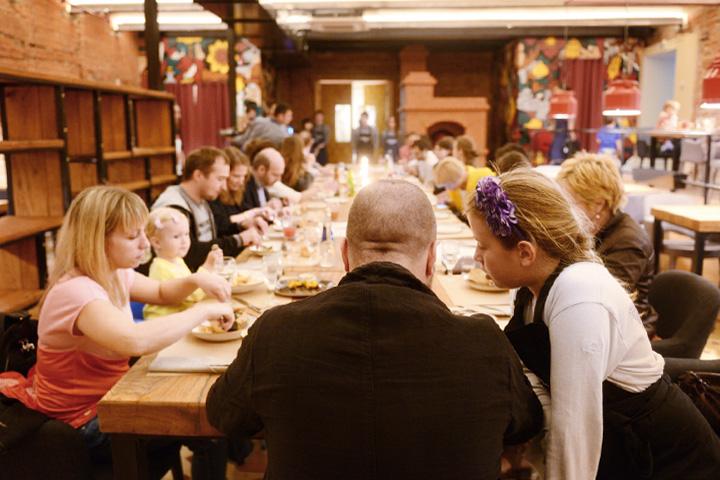 В рабочем режиме после обеда за большим столом Акимов собирается устраивать коллективную трапезу для сотрудников ресторана, а гостям предлагать лишь буфетные закуски