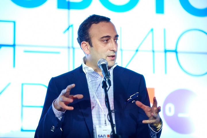Гор Нахапетян раньше был управляющим директором «Тройки Диалог» и вице-президентом «Сбербанка», а сейчас работает советником ректора школы управления «Сколково» и вывозит роботов на балы