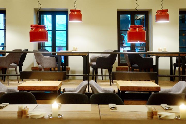 В целом конструкцию интерьера — подиум с углублением посередине — ресторан Акимова унаследовал от предыдущего заведения на этом месте, гастропаба «Додо»