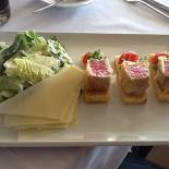 Ресторан Океан - фотография 4 - Салат Cesare с тунцом
