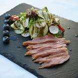 Ресторан Голубка - фотография 6 - Салат с уткой в соусе Унаги с голубикой, редисом, микс салатом, цукини