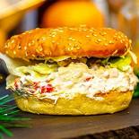 """Ресторан Burger Heroes - фотография 1 - Фирменный бургер """"Морской бой"""" с камчатским крабом"""