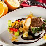 Ресторан Песто - фотография 3 - Турнедо из говядины с рататуем и сусом бальзамик