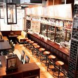 Ресторан Zinger Grill - фотография 1 - Интерьер зала на первом этаже