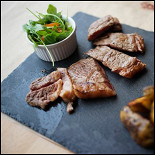 Ресторан Свитер - фотография 3 - Флэнк стейк с картофелем, салатом и соусом из зеленого лука