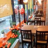 Ресторан Апельсин - фотография 2 - Интерьер кафе Апельсин, часть зала с окнами выходящими на улицу