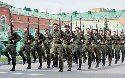 Как живут в Москве люди, чья работа — открывать парады на Красной площади
