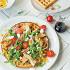 """Ресторан Max Brenner - фотография 7 - Салат """"Чикен Вафл"""" на несладкой розмариновой вафле с козьим сыром, беконом и куриным филе"""