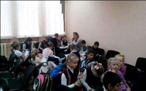 Ученики закрытой школы в Молжаниново захватили местную управу и проводят там уроки