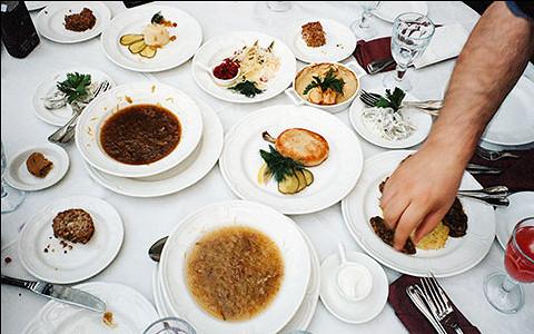 Чекалова, Симачев и другие эксперты пробуют и обсуждают русскую кухню