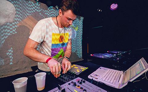 «Чистый звук немного надоел»: Pixelord о дебюте, пыльной музыке и городах