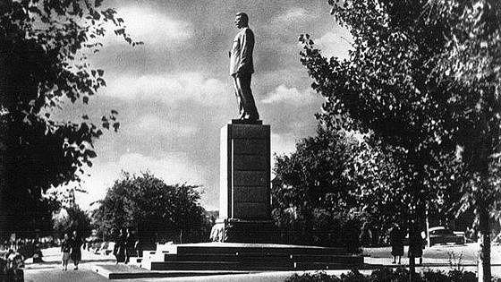 Памятник М. Горькому на набережной