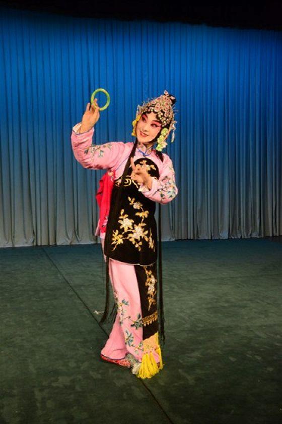 Выставка традиционных костюмов Пекинской оперы