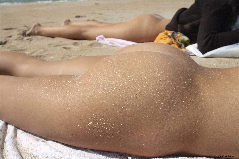 Лежит попкой к верху на пляже — pic 1