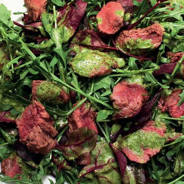 Рецепт Теплый салат избаранины срукколой, свекольными листьями ипесто изкинзы имяты