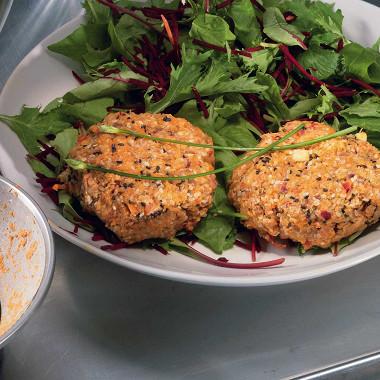 Рецепт Бургеры изморкови, подсолнечных семян икунжута сзеленым салатом исвеклой
