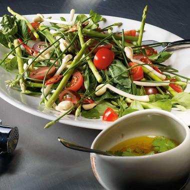 Рецепт Салат изспаржи, помидоров, бобовых проростков, корна ипекинской капусты