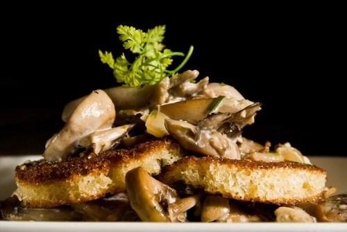 Кростини с грибами и тимьяном