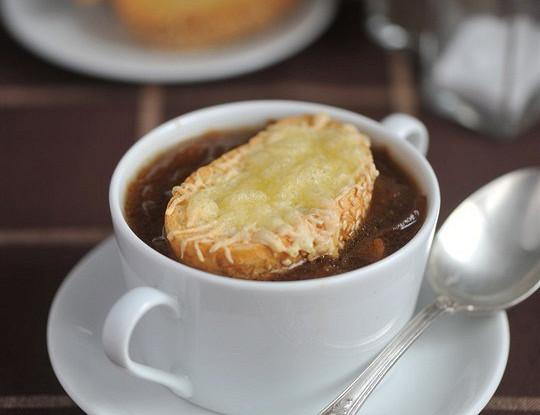 Французский луковый суп с тимьяном и сырными тостами