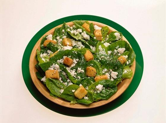 Салат «Цезарь» с приправленными зеленью крутонами