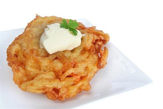Картофельные латкес с красной икрой