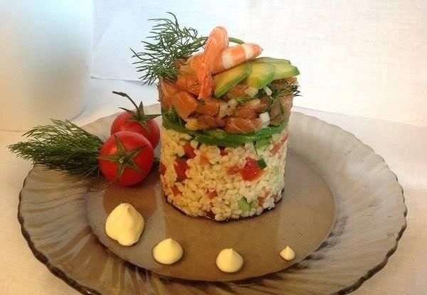 Слоеный салат с форелью и булгуром