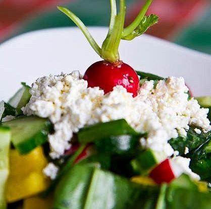 Весенний салат с черемшой и зерненым творогом