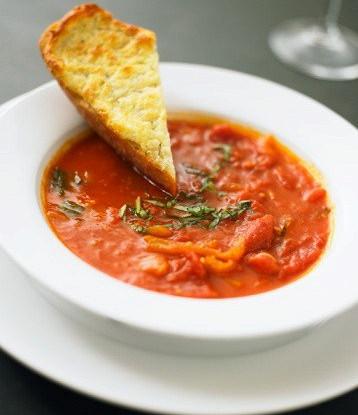 Суп из томатов с копченым беконом с чесночными гренками