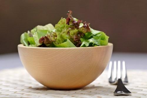 Простой зеленый салат с заправкой из семян сельдерея