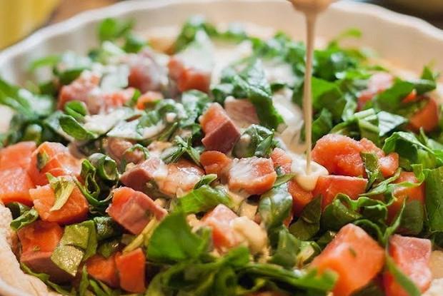 Киш с лососем, шпинатом и творожным сыром