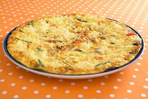 Фото к рецепту: Фриттата с молодым картофелем, цукини, сыром и вялеными томатами