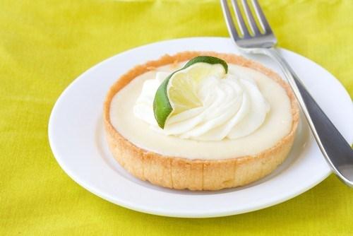 Пирожные с кремом из сгущенного молока и лаймов
