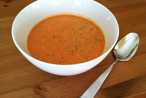Томатный суп с свежим базиликом и сливками