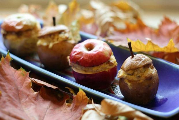 Яблоки, фаршированные творогом и изюмом