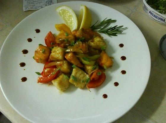 Филе жареного лосося и судака с овощами под пикантным соусом
