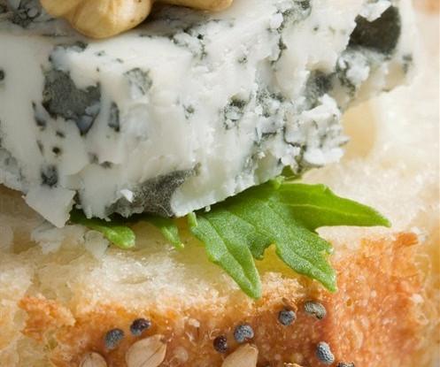 Бутерброд с сыром и грецкими орехами