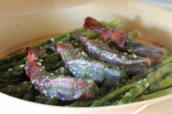 Креветки со спаржей и зеленым маслом