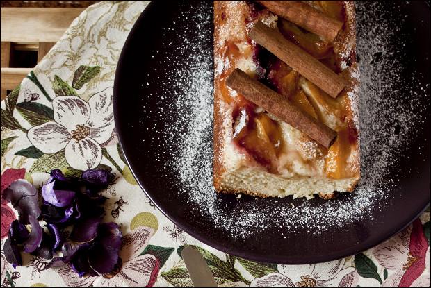 Пирог с карамелизированными сливами