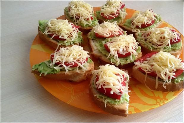 Тосты с авокадо, помидором и сыром