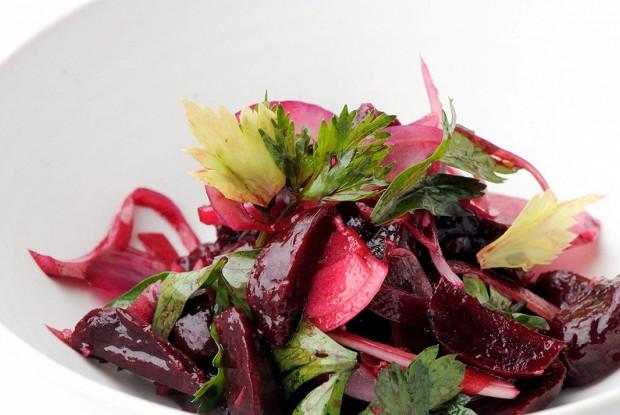 Салат из свеклы с красным луком и петрушкой