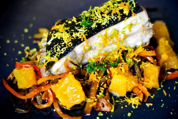 Тюрбо, запеченная в духовке, с перцами и апельсинами