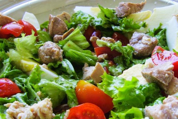Рецепт салата с печенью трески и помидорами