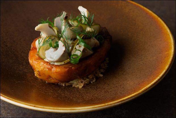 «Крошка-картошка» с солеными грибами, маринованными огурцами и нерафинированным маслом