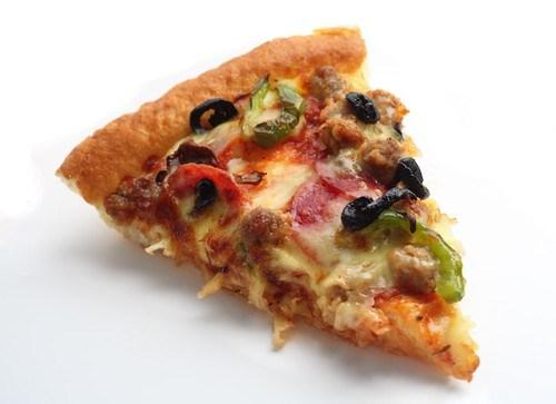 Пицца с куриной печенью и помидорами