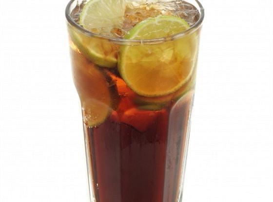 Сладкий чай с водкой и лимонадом
