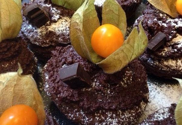 Шоколадные капкейки с физалисом
