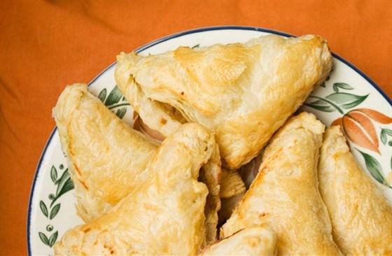 Треугольные пирожки из шпината и сыра