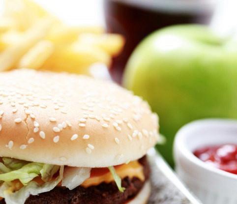 Чизбургер из свинины с авокадо и кинзой
